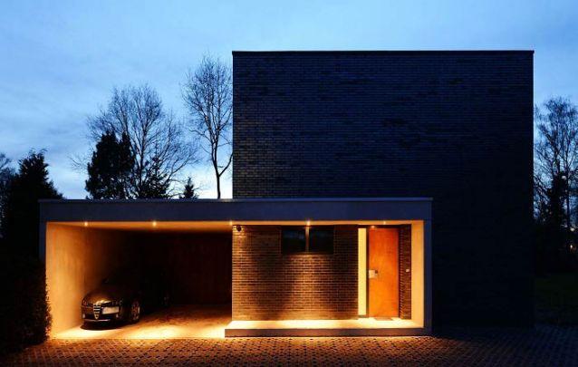Casa moderna com arquitetura simétrica