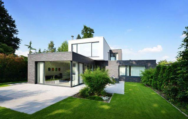 A presença de vidros em grande quantidade é padrão de uma construção modernista
