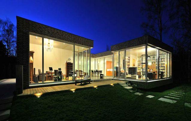 O vidro cria contraste com o revestimento em tijolos aparentes
