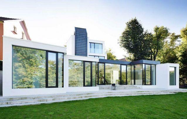 Janelas com vidro espelhado dispensam paredes nas casas modernas