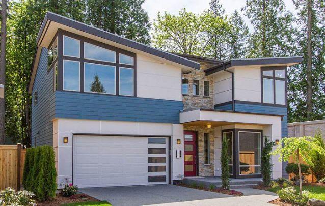 A área central da fachada com acabamento em pedra traz um toque particular para a estética desta casa moderna