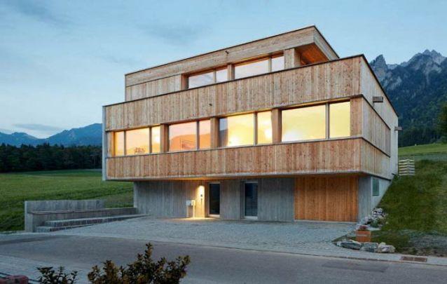 Casa moderna de madeira com três andares