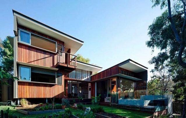"""Casa moderna com formato em """"U"""" para aproveitar melhor o terreno"""