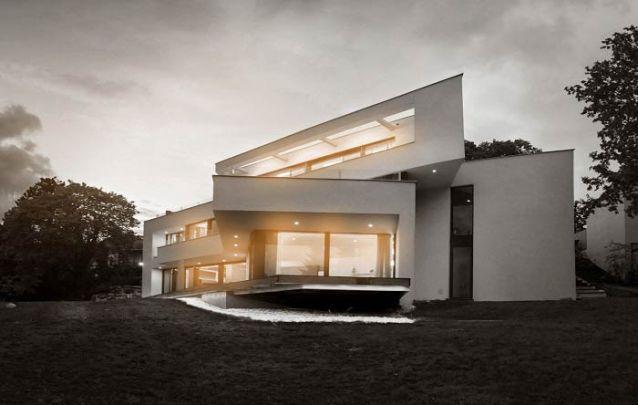 Casa moderna com linhas angulares
