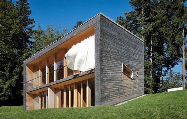 Casa moderna em formato de cubo feita em madeira