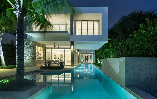 Casa moderna com piscina e design elegante