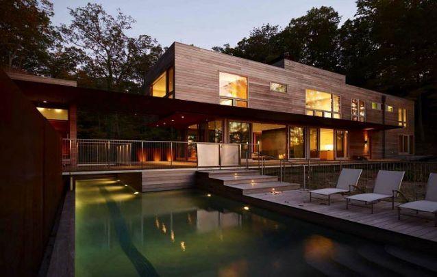 Esta casa moderna feita em madeira traz à tona características do estilo escandinavo, o qual apresenta inúmeros toques campestres