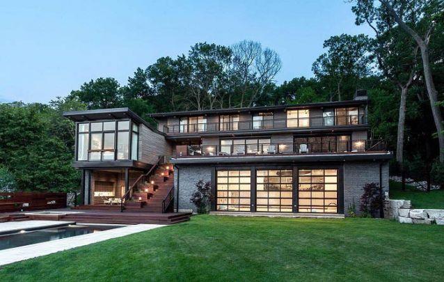 Uma linda casa moderna com um estilo rústico