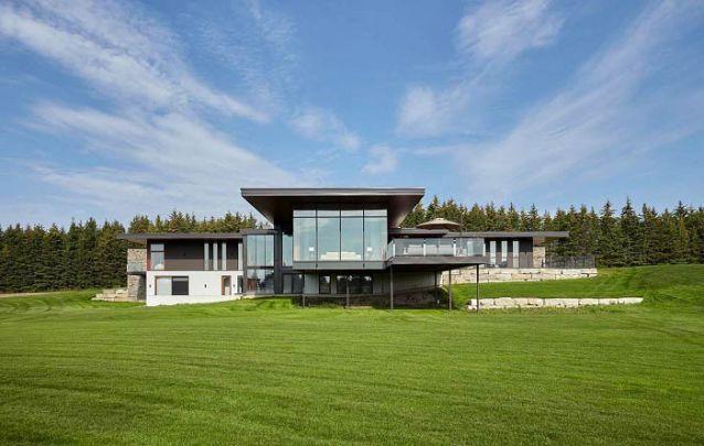 Casas modernas ficam ótimas em diferentes cenários, desde o campo até à cidade