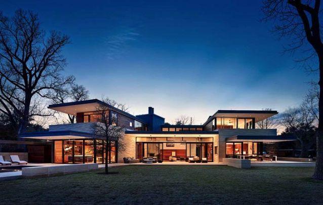 A iluminação de casas modernas deve ser bem pensada, de modo que valorize está arquitetura singular
