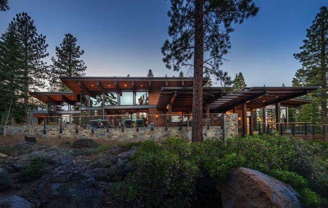 Aqui a madeira e as linhas retas foram as escolhas para compor esta casa de campo com design moderno