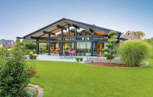 Casa moderna feita praticamente toda em vidro