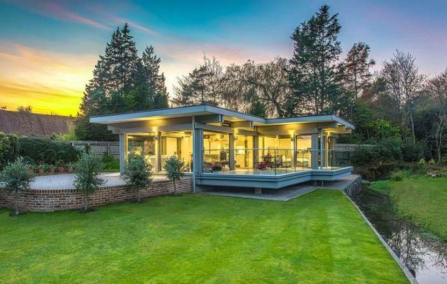 Mais uma opção de casas modernas que confirmam que o vidro é um material constante neste tipo de projeto