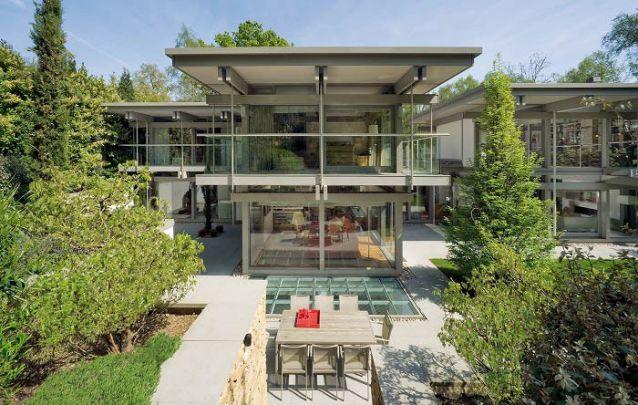 Não tenha medo de apostar no vidro como matéria-prima principal de sua casa
