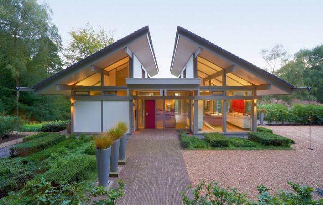 O vão entre os telhados cria uma estética distinta para esta casa moderna