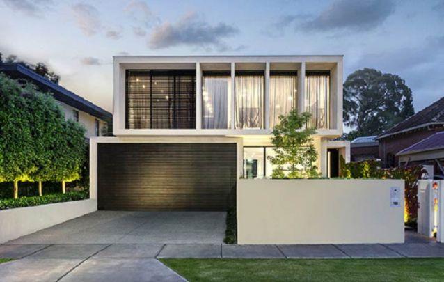 Os nichos com vidro são ótimos para trazer leveza para a fachada desta casa moderna
