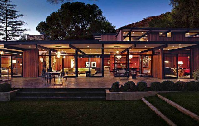 O duo de vidro e madeira foi escolhido para este projeto moderno