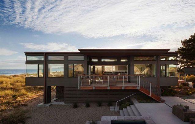 Casa moderna à beira-mar conta com janelas amplas para curtir o visual
