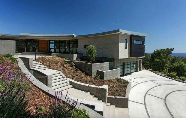 Casa moderna com formato de meia lua