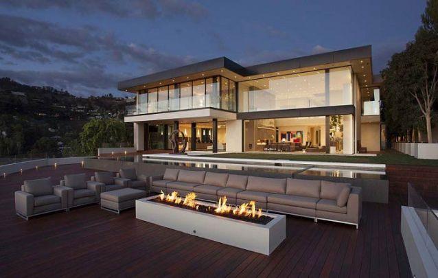 O vidro e uma iluminação bem-feita são capazes de valorizar ainda mais projetos de casas modernas