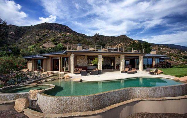 Casa moderna térrea com piscina e terraço para lazer