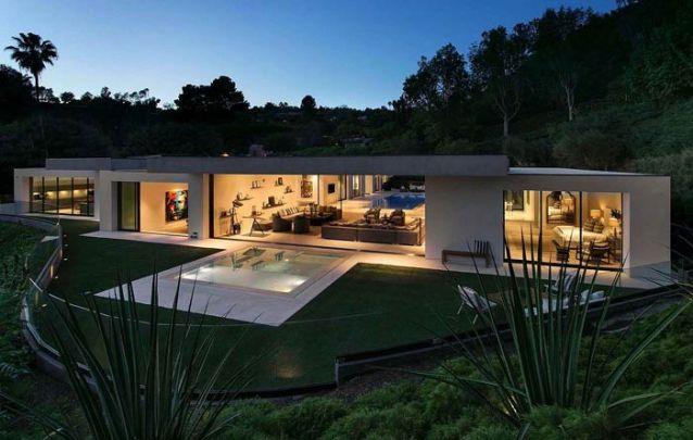 Casa moderna ampla com ambientes integrados seguindo uma linha clean