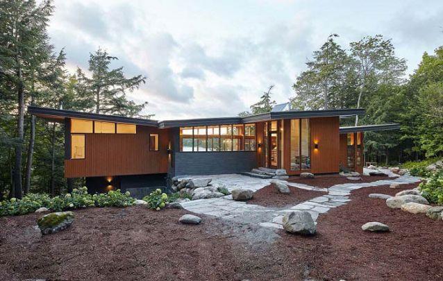 A mistura de materiais aqui compôs uma linda casa moderna com toques rústicos