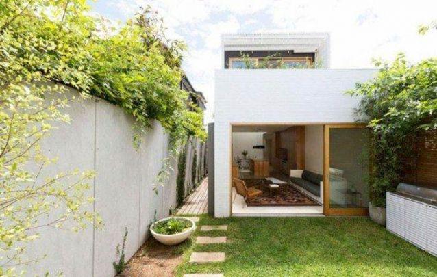 Casa moderna estreita para aproveitar o terreno
