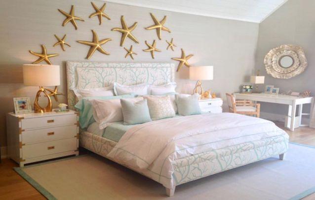 Decoração de Quarto aposte em criados-mudos diferentes de cada lado da cama