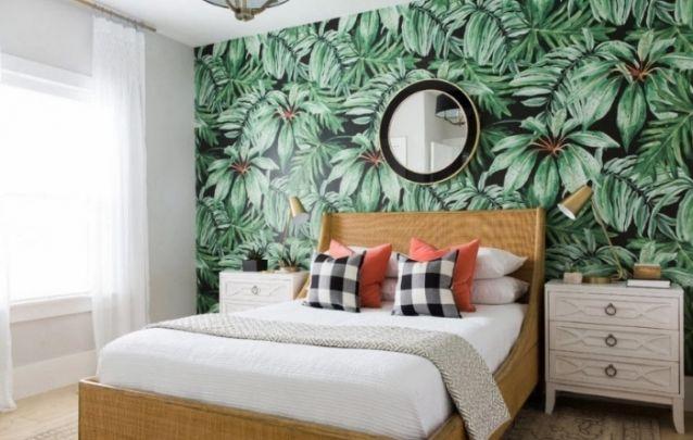Papel de parede de folhagens é contemporâneo e traz um toque tropical para a decoração do quarto