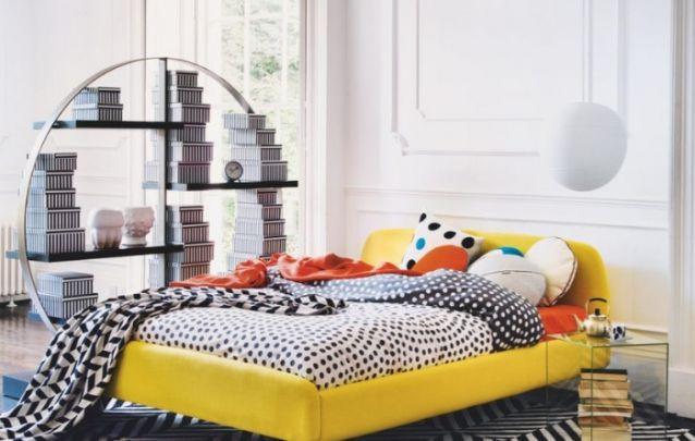 A cama colorida é o destaque desta decoração