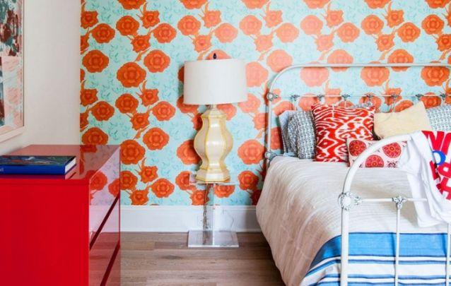 Para quem não tem medo de ousar, um papel de parede colorido é uma ótima opção para valorizar a decoração do quarto