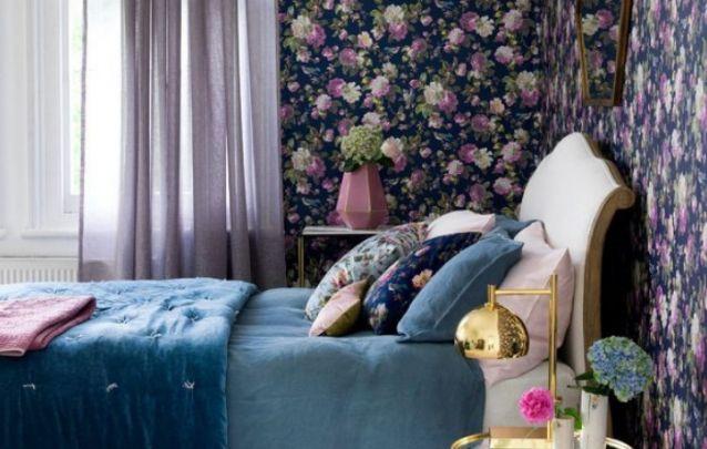 Você pode apostar em elementos florais e peças douradas para deixar o decor de seu quarto mais feminino e glamoroso