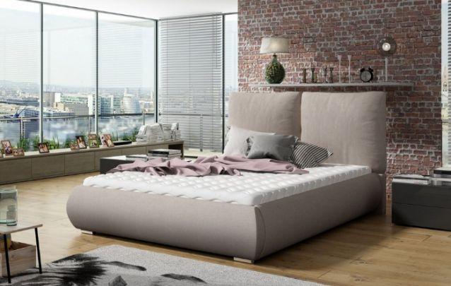 A parede de tijolos aparentes atrás da cama traz modernidade para a decoração de quarto