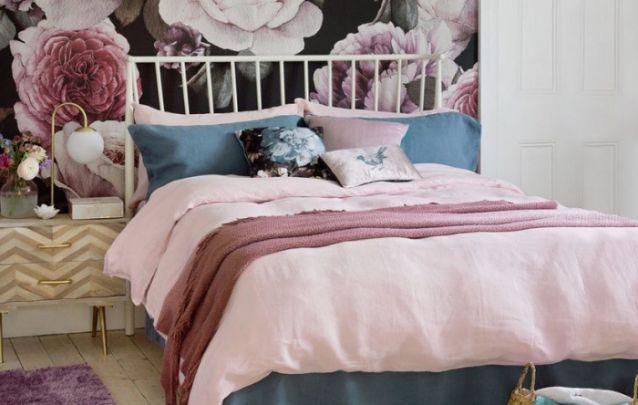 Mais um quarto feminino elegante com papel de parede floral