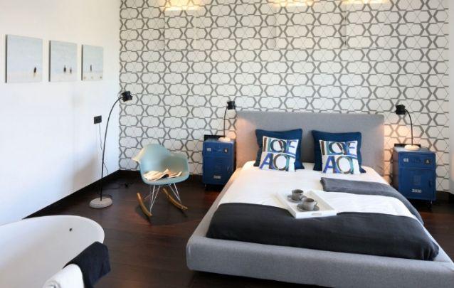 Padrões geométricos estão em alta no design de interiores, aposte em um papel de parede para trazer esta tendência para o seu quarto