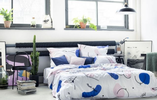 Uma roupa de cama estampada é capaz de mudar a cara de um quarto