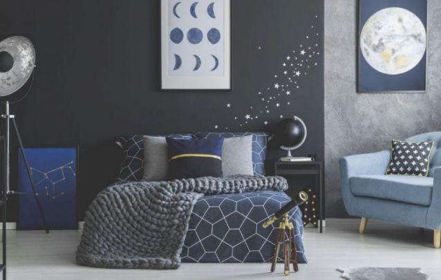 Aqui o tema escolhido para inspirar a decoração do quarto foi a galáxia, tendo como protagonistas a lua, as estrelas e as constelações