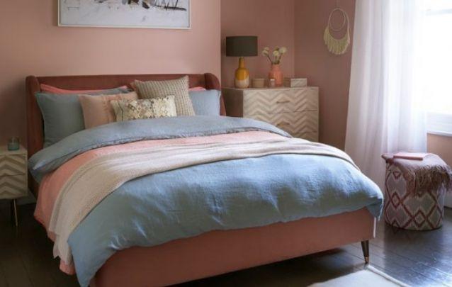 Rose quartz e serenity formam uma combinação acolhedora para decorar um quarto