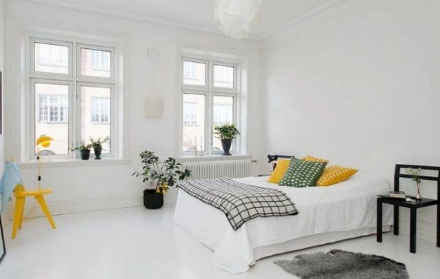 Pequenos toques de cor são bem-vindos em um quarto branco