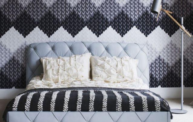 A parede imitando tricô deixa o ambiente acolhedor