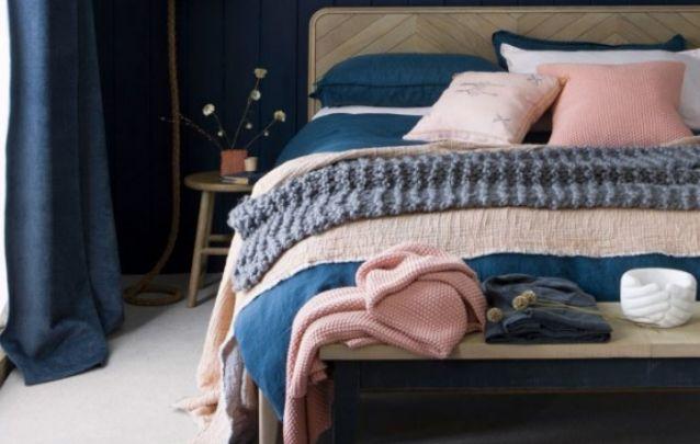 Um banco na frente da cama além de agregar valor estético, auxilia na funcionalidade do ambiente