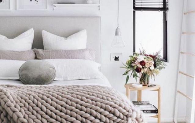 As mantas maxis tricô estão em alta na decoração de quartos contemporâneos