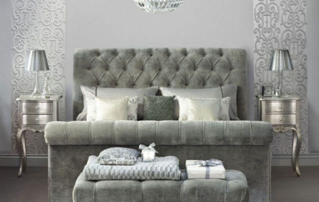 Cinza e prata compõem um quarto decorado luxuoso