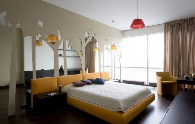 A parede com recortes de espelho deixa a decoração de quarto distinta