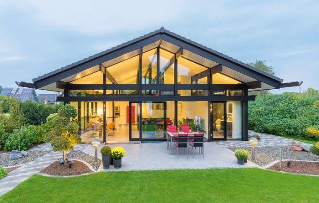 Projeto de casa moderna com fachada em vidro