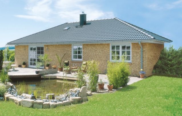 Modelo de casa térrea com tijolos aparentes