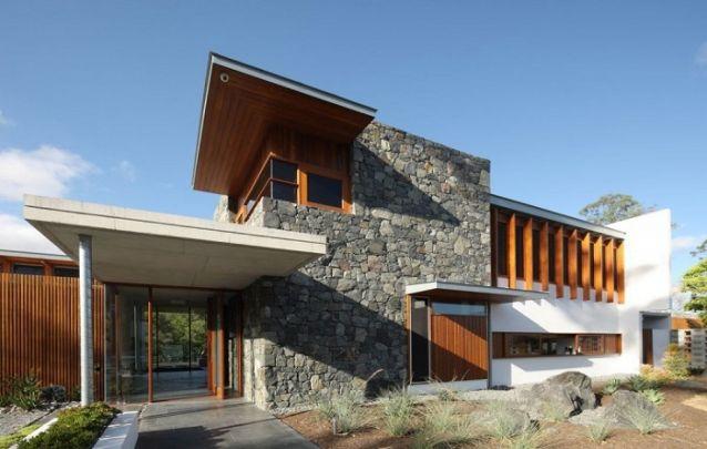 Pedra e madeira conferem um toque rústico e harmonioso para o design
