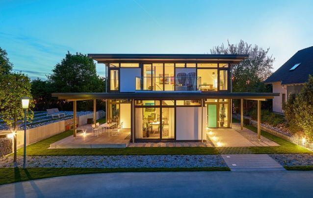 Para valorizar uma fachada feita com vidro, aposte em um bom projeto de iluminação