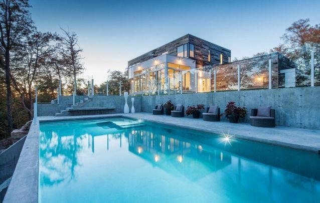 Projeto de sobrado com linhas retas e uma piscina deslumbrante